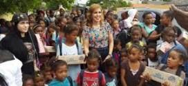 Ingrid Mendoza entrega útiles escolares en San Pedro de Macorís